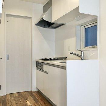 【LDK】まずはキッチンから見ていきましょう。収納もたっぷりです。
