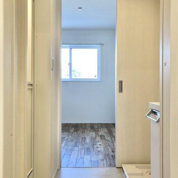 キッチン横のドアを開けるとサニタリールーム、洋室へと繋がっています。