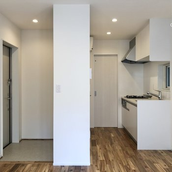 【LDK】窓を背にしてみると右がキッチン、左が玄関です。