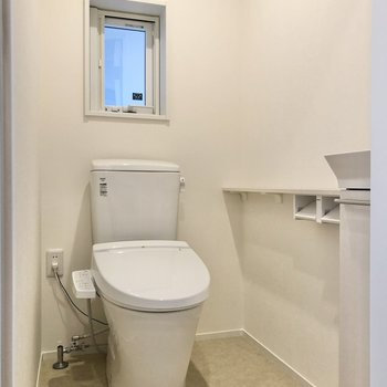 トイレでした。小窓があり、換気もできますね。
