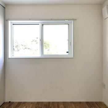 【洋室】窓は東向きで、朝はスッキリと目覚められそうです。