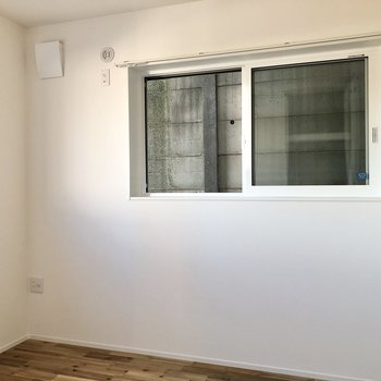【洋室】窓の下にデスクやベッドを配置できますね。