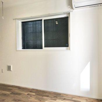 【LDK】2面採光で風通しも良好。窓の外には塀が見えました。