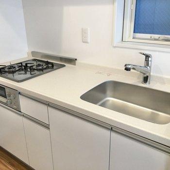 【LDK】調理スペースも確保され、お料理も捗りそう。