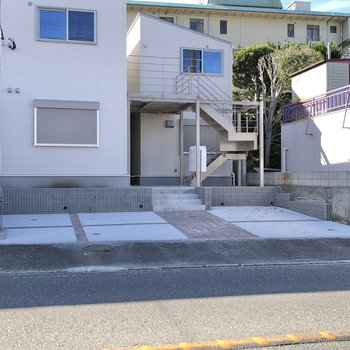 駐車場や駐輪場も完備されています。