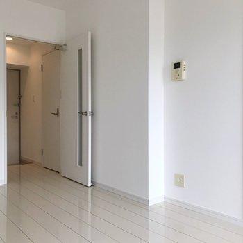 キッチンはここに。ちょっと変わったつくりです。(※写真は8階の同間取り別部屋のものです)