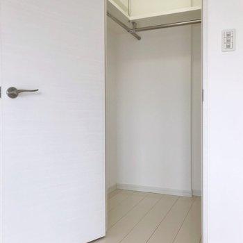 その隣にはウォークインクローゼット。(※写真は8階の同間取り別部屋のものです)