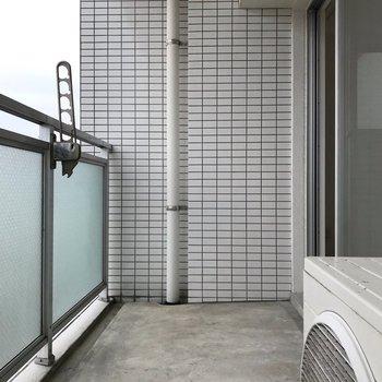 バルコニーも広々。少しくらい洗濯物溜めてもいいかな…(※写真は8階の同間取り別部屋のものです)