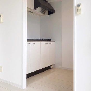 キッチンはゆとりあり。キッチン向かいに冷蔵庫を置けます。(※写真は8階の同間取り別部屋のものです)