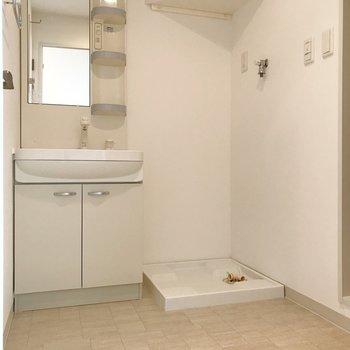 広々脱衣所。右手にお風呂、左手にトイレ。(※写真は8階の同間取り別部屋のものです)
