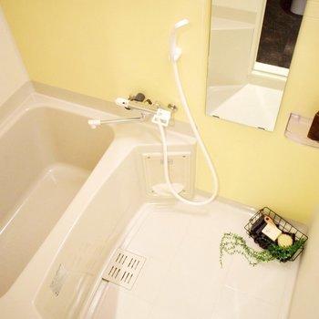 お風呂は棚付き。 ※写真は3階の同間取り別室のものです。