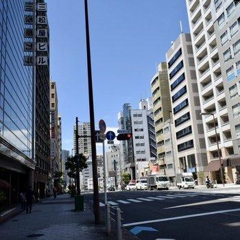 大通り沿いをまーっすぐ行くと駅につきます。