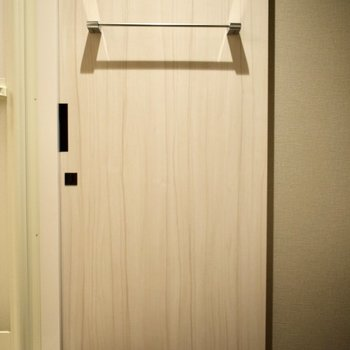 お風呂上がりのバスタオルはこのドアに掛けて準備しておきましょう。 ※写真は3階の同間取り別室のものです。