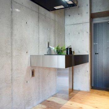 キッチン隣に冷蔵庫を。シルバーの華奢なものがよく似合いそうです。 ※写真は3階の同間取り別室のものです。