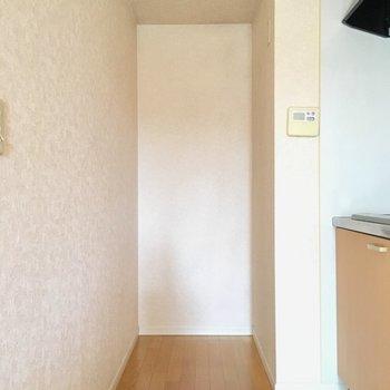 奥に冷蔵庫は置けそうですね。冷蔵庫のサイズ感は要チェックですね!(※写真は別棟1階の同間取り別部屋のものです)