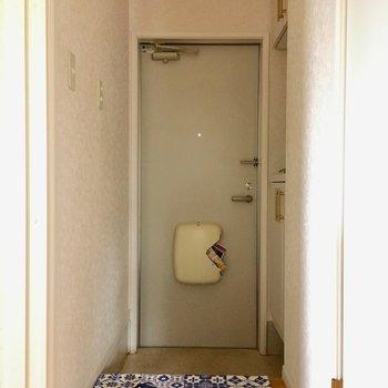 玄関はちょっとコンパクト。(※写真は別棟1階の同間取り別部屋のものです)