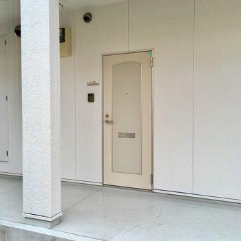 玄関も白。かわいらしいな♡