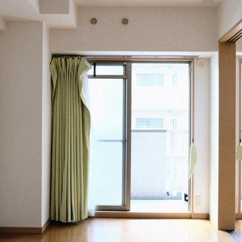 ベランダへ通ずる窓は2つ!(※写真は5階の反転間取り別部屋のものです)