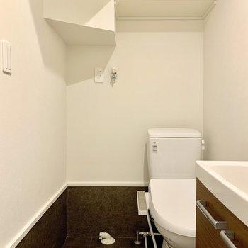 ウォシュレット付きのトイレとその横には洗濯機置き場があります。掃除はこまめにしましょう。