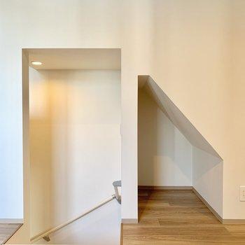 階段脇には収納として使えるスペースが!