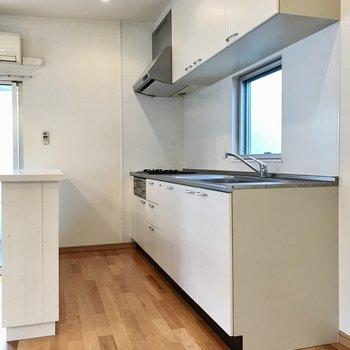 どっしりとしたキッチン。ナチュラルな白が好みです(※写真は同間取り別部屋のものです)