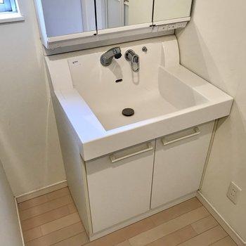 スクエアな洗面台がお気に入り◎三面鏡の裏も収納ですよ(※写真は同間取り別部屋、清掃前のものです)