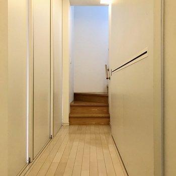 ずらりと、壁…?と思いきや、どちらもスライドドアでした(※写真は同間取り別部屋のものです)