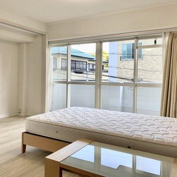 窓側にある洋室は約6帖。南東からの明るい陽射しが照らしてくれます。