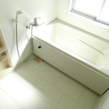 お風呂はゆったりめでした。窓はたっぷり光と空気を。