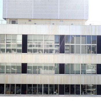 目の前はレトロフューチャーな建物。