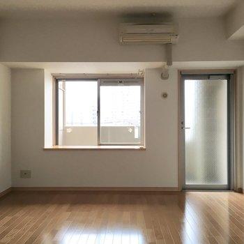 大きい出窓。植物をかざりたいです。(※写真は5階の同間取り別部屋のものです)