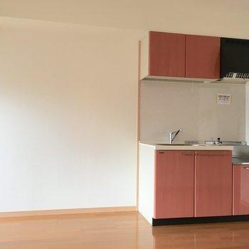 キッチン横に棚や冷蔵庫を並べておこうかな?(※写真は5階の同間取り別部屋のものです)
