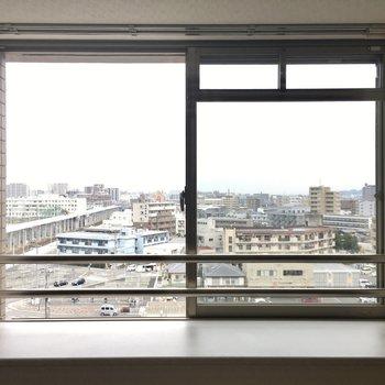 洋室には出窓もありますよ。(※写真は9階の同間取りの別部屋のものです)