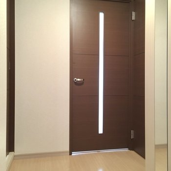 玄関入って右がトイレ、左が脱衣所です。(※写真は9階の同間取りの別部屋のものです)