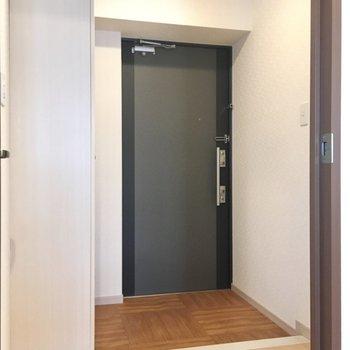 玄関もゆったりしています。(※写真は9階の同間取りの別部屋のものです)