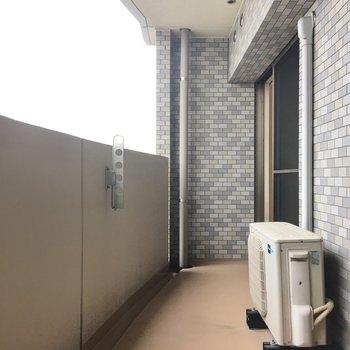 バルコニーはロングタイプ。お洗濯物もまとめ干しオッケイです。(※写真は9階の同間取りの別部屋のものです)