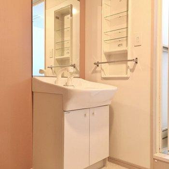 大きな鏡の独立洗面台には歯ブラシなどを置くスペース。有り難い。(※写真は9階の同間取りの別部屋のものです)