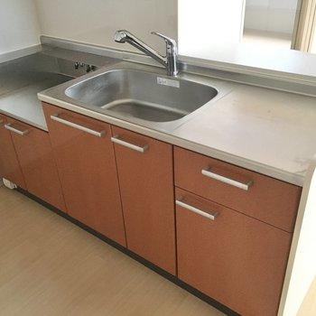 コンロは持ち込み、作業スペースもしっかりあるのでお弁当作りも楽ちんです。(※写真は9階の同間取りの別部屋のものです)