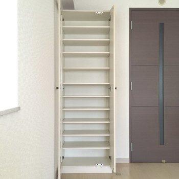 ドアの横には便利な食器棚。テーブルへも運びやすいですね。(※写真は9階の同間取りの別部屋のものです)