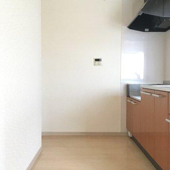コンロ後ろに冷蔵庫を奥スペースがあります。(※写真は9階の同間取りの別部屋のものです)