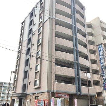 マンションは9階建て。1階にはクリーニング屋さんもはいっています。