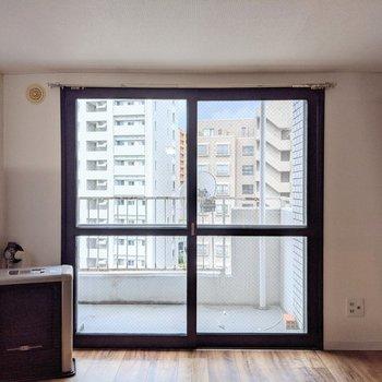 【洋室】窓は南西向きです。明るい光が差し込んできます。