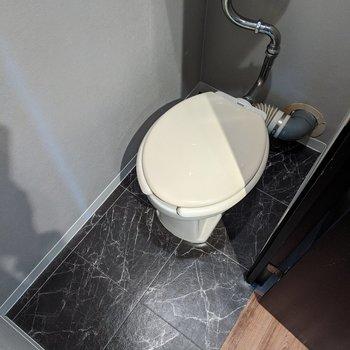 ブラック床でシックな雰囲気のトイレです。