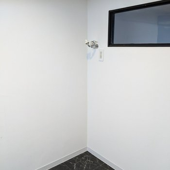 【キッチン】洗濯機用の排水口と蛇口が有ります。