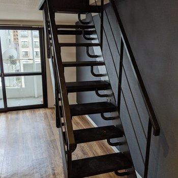 【洋室】手すり付きの階段を上ってロフトへ。