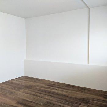 【洋室】165cmの私が立つことができるので高めの天井です。