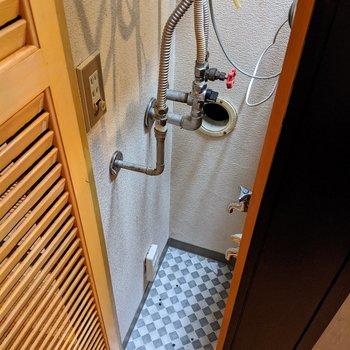 【キッチン】給湯器下に小さなものを入れることができるスペースが有ります。