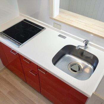 【居室】赤がキュート。2口で自炊が捗りそうです。※写真は2階の反転間取り別部屋のものです