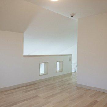 【ロフト】奥へと向かいます。※写真は2階の反転間取り別部屋のものです