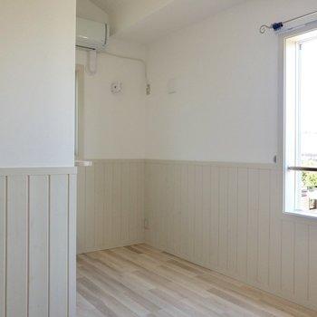【居室】シングルベッドで丁度な広さ。※写真は2階の反転間取り別部屋のものです